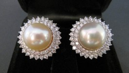 Pearl Earring (ต่างหูไข่มุก) ไข่มุกจาก South Sea (น้ำเค็ม) ประเทศออสเตรเรีย ขนาด 12.88 mm และ 13.04 mm Diamond (เพชร) Clarity (ความสะอาด) : VVS Color (สีเพชร) : G Color (น้ำ 97) Cut Grade (เหลี่ยมเพชร) […]
