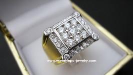 Diamond Ring (แหวนเพชรผู้ชาย) เรียบง่าย แต่เก๋ งานขึ้นมือคะ ตัวเรือนแน่นหนาแข็งแรง เพชรวิ้งได้ใจ ใส่แล้วเพชรเต็มนิ้วมากเลยค่ะ Diamond (เพชร) Clarity (ความสะอาด) : VVS1 – VVS2 Color (สีเพชร) : G Color (น้ำ 97) Cut Grade (เหลี่ยมเพชร) : เบลเยี่ยม (เหลี่ยมเกสร) […]