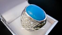 แหวนชายเทอร์คอยซ์ (Turquoise) สีฟ้าสด ประดับเพชรด้านข้าง พร้อมตัวเรือนทองขาว ดูเก๋มีระดับ