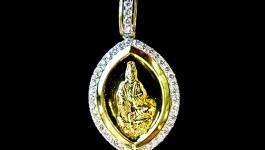 จี้ทองคำแกะสลักเป็นรูปเจ้าแม่กวนอิมนั่งบนดอกบัว งานละเอียด ล้อมรอบด้วยเพชร น้ำ 98 น้ำหนักเพชร รวม 0.98 กะรัต ตัวเรือน 7.4 กรัม เพชรวิ้งมากๆๆ