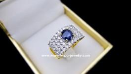 แหวนผู้หญิงไพลิน (ซีลอน) จากประเทศศรีลังกา บ่าเพชรข้างน้ำ 98 ขาวแสบตา เป็นแถว ใส่แล้วเต็มนิ้วสวยพอดีเลยค่ะ ใช้เพชร ทั้งหมด 44 เม็ดน้ำหนักรวม 1.35 กะรัต ทอง 6.3 กรัม (ทอง 90)