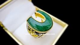 แหวนหยกทรงเกือกม้า ด้านข้างสลักตัวอักษรภาษาจีน ประดับเพชรเพิ่มความสวยงาม สำหรับเสริมดวงชะตาค่ะ