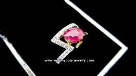 แหวนทับทิมเจีย สีแดงอมชมพูหวาน ใช้เพชรขาวน้ำ 97 ไฟวิ้งๆ ตัวเรือนทำเป็นทรงสายฟ้าฟาด สำหรับสาวมั่นที่แอบหวานค่ะ