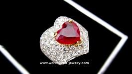 แหวนทับทิมพม่า รูปหัวใจทรง Stratum Heart พร้อมกับตัวเรือนโค้งเว้าเข้าทรงรูปหัวใจ ใช้เพชรน้ำ 97 ขาวใส ไฟดี เด๋วตามมาอัพสเปคให้นะคะ