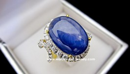 แหวนไพลินพม่า (ยี่หร่า) ทรง Big Blue ไพลินเนื้อดี สีน้ำเงินฟ้าสว่างสวย เม็ดโตสะใจ ล้อมเพชรน้ำ 97 ขาวใสไฟดี ดีไซด์ทันสมัย เด๋วตามมาอัพสเปคให้ค่ะ
