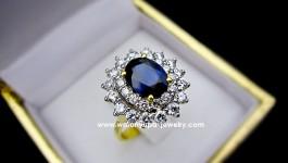 แหวนไพลินซีลอนทรง Princesse du bleu สำหรับคนชอบสีน้ำเงิน ไพลินซีลอนน้ำหนัก 2.20 กะรัตพร้อมใบเซอร์ เพชรน้ำหนักรวม 1.30 ct น้ำ 98 แสบตามาก ตัวเรือนทองคำ 90 น้ำหนัก 5.9 กรัม ใส่แล้ว วิ้งมากคะกำลังเทรนเลยคะตอนนี้
