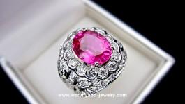 แหวน Pink Tourmaline ประดับเพชรทรง Tumary น้ำหนักเพชรรวม 1.56 กะรัต น้ำ 97 ไม่มีตำหนิ เพชรขาวใส ไฟดีคะ น้ำหนักทองขาว 11 กรัม รูบี้ไรท์ สีสวยสดมากคะ เข้ากับทรงแหวนที่ใส่แล้วเก็บด้านข้างนิ้วได้ดีมาก ด้วยการแกะลายรูปทรงด้านข้างสวยงาม