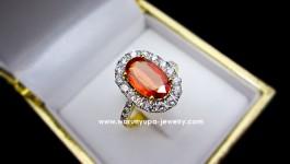 แหวน Orange Sapphire พร้อมใบ Certificate ทรง The Showy ประดับเพชรขาวน้ำ 97 ไฟดีค่ะ ฝังเพชรแบบไร้หนาม ดูทันสมัย เด๋วตามมาอัพสเปคให้จ้าา