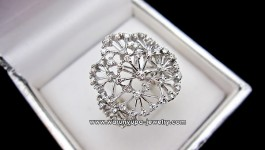 แหวนเพชรทรง Matomiki ดีไซน์แหวกแนวจากก้านเกสรดอกไม้ ใช้เพชรไฟวิ้งๆ แสบตากันไปเลยค่ะ