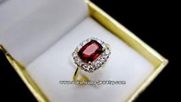 แหวนโกเมนประดับเพชรทรง Chonchon ใช้โกเมนสีแดงอมส้มไฟวิ้งสุดๆ ประดับเพชรน้ำ 97 ขาวไฟดี ทำให้โกเมนเด่นขึ้นมา เหมาะสำหรับใส่ติดนิ้วประจำค่ะ