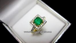 แหวนมรกตประดับเพชรทรง Emelar Edge มรกตโคลัมเบีย สีเขียวเข้ม พร้อมใบเซอร์ ตัวเรือนเล็กๆพอน่ารัก ใส่ติดนิ้วได้ทุกวันค่ะ