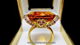 แหวน Citrine ล้ำจินตนาการ อลังการงานสร้าง กับทรง Queen Bouquet ซิทรีนหนัก 22 กะรัต ประดับด้านข้างด้วยอเมทิสต์สีม่วงเบาๆ