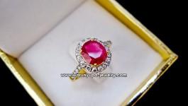 แหวนทับทิมประดับเพชรทรง Princeza ทับทิมพม่าสีแดงอมชมพู พร้อมใบเซอร์ น้ำหนักเพชรรวม 0.40 กะรัต น้ำ98 ตัวเรือนทองคำแท้หนัก 3.9 กรัม ทับทิมพม่า น้ำหนัก 1.29 กะรัต (มีใบเซอร์ บอกแหล่งว่ามาจากประเทศพม่า ขนาดนิ้ว 52