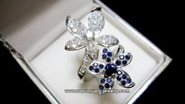 แหวนไพลินซีรอน + เพชรแท้น้ำ 98 วิ้งๆ ตัวเรือนเป็นรูปดอกไม้คู่ งานอ่อนช้อย สวยงามคะ น้ำหนักเพชรรวม 0.84 กะรัต น้ำ 98 (16 ตังเม็ดเกสร) ไพลินหนัก 2.15 กะรัต (ซีรอน) ทองหนัก10.55 กรัม