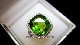 แหวนเพอริดอทประดับเพชรทรง Green Nova ก้านแหวนทัเป็นรูปตัว S เพิ่มความเก๋ ล้อมเพชรรอบๆ เพชรวิ้งๆ ยิ่งขับพลอยให้สวยขึ้นอีกคะ