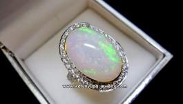 แหวนโอปอล (White Opal) ล้อมเพชรน้ำ 98-99 ล้อมน้อยๆ เพื่อให้เห็นโอปอลดูเด่น ผลึกที่โอปอลออกสีมากมายเลยคะ (ถ้ายิ่งส่องแดดธรรมชาติ) สวยเจิด น้ำหนักเพชรรวม 0.90 กะรัต น้ำ 98 น้ำหนักทอง 9.0 กรัม