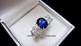 แหวนไพลินซีรอน(ศรีลังกา) 1.70 กะรัต ทรง Ceylon's Rhythm ไฟดี สีน้ำเงิน Royal Blue เนื้อสะอาด (100%) ประดับเพชร Princess Cut น้ำ 98 สีขาวตัดกับสีน้ำเงินสวยงามมากคะ