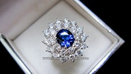 ราคา 122,000 บาท แหวนไพลินซีรอนประดับเพชร น้ำ 98 ฝังหนามเตย เพื่อให้เพชรมีประกายเพิ่มมากขึ้น เห็นกันจะๆ กับประกายเพชรสสีขาวตัดกับสีน้ำเงิน Royal Blue สำหรับสาวๆท่านใดที่ชอบงานหรูหรา เพชรเต็มหน้านิ้ว วิ้งมาก(รับประกันคะ) มาเป็นชุดแหวนและต่างหูคะ ไม่ควรพลาดที่จะคว้าไปชื่นชมจ้าา รายละเอียด น้ำหนักเพชร 25 pcs 1.96 กะรัต น้ำ 98-99 ตัวเรือนทองคำ 7.4 กรัม น้ำหนักไพลิน ซีรอน […]